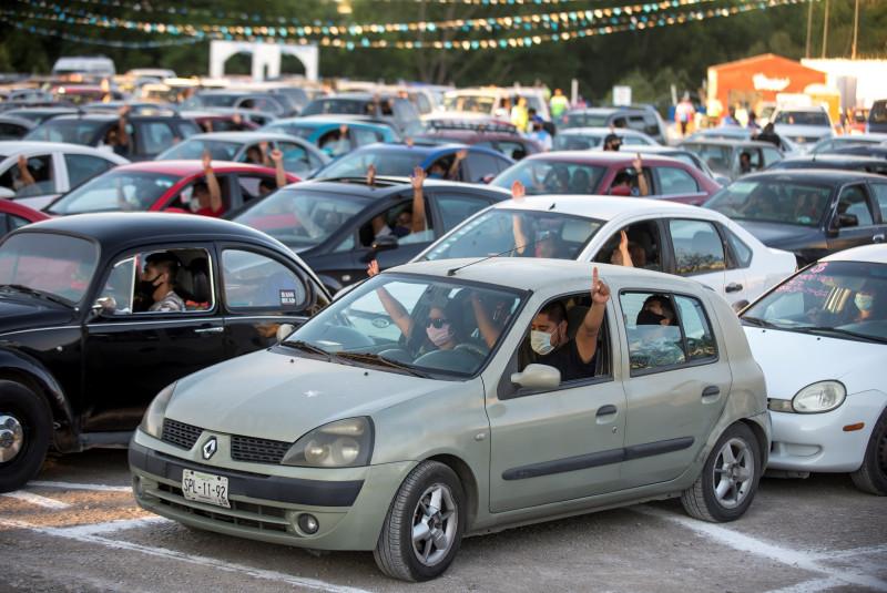 Fieles Religiosos participan en misa desde sus autos en  Coahuila