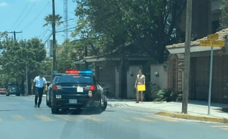 Arrestan a hombre por caminar desnudo en plena luz del día