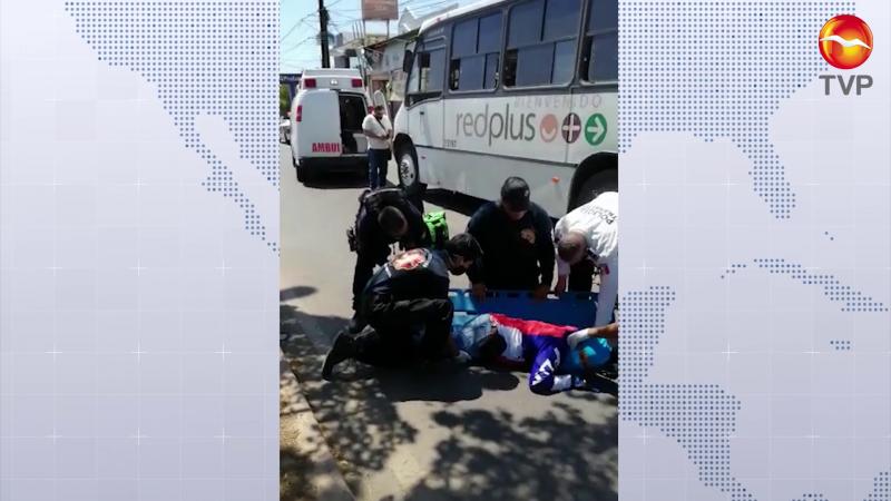 Se lesiona motociclista al chocar con camión urbano