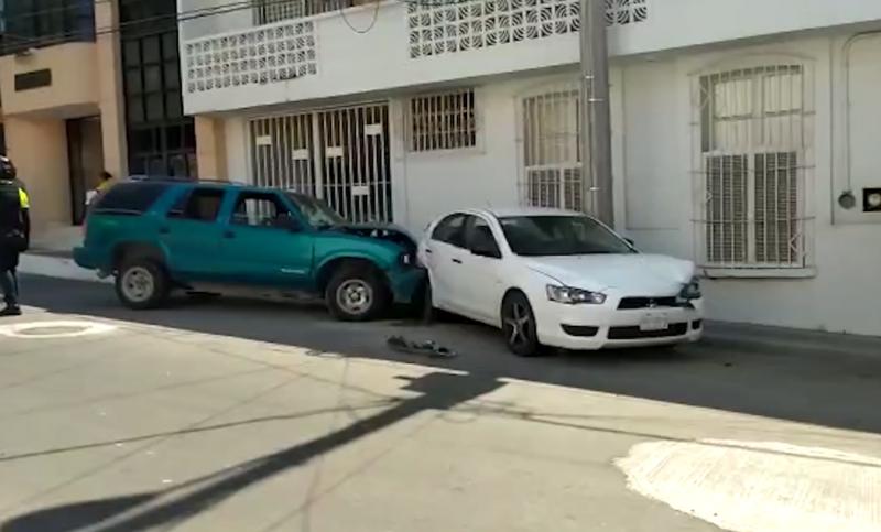 Sujeto en persecución choca y causa daños en tres vehículos estacionados