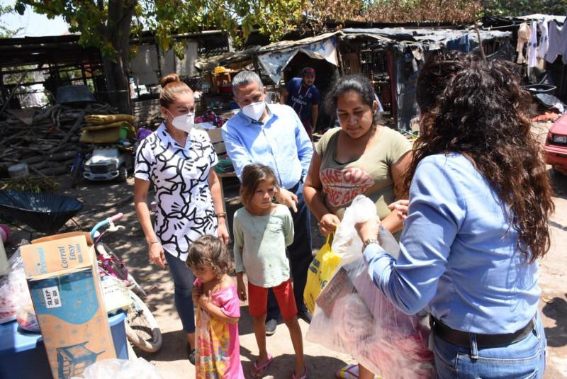 Lleva alcalde de Rosario apoyo a familia que perdió todo en incendio