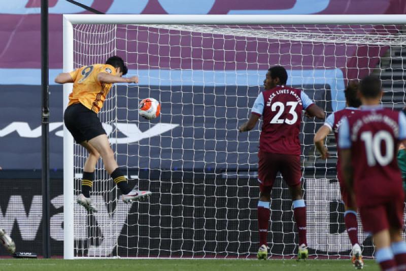Raúl Jiménez anota en la victoria del Wolverhapton sobre el West Ham
