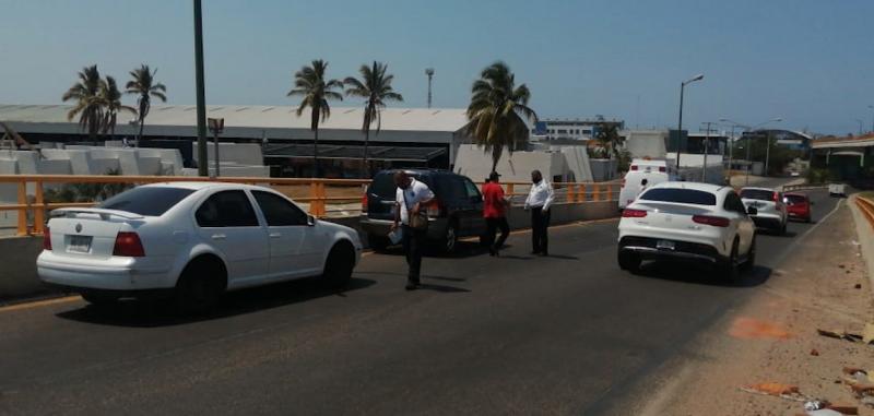 Choque entre camión y camioneta deja una mujer lesionada