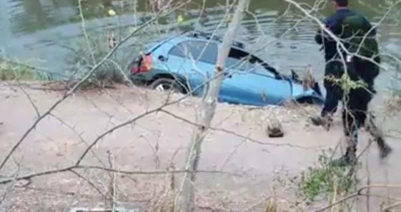 Vehículo pierde control y cae a canal en Rosario