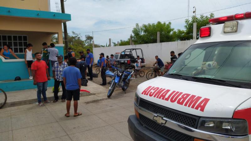 Choque entre bicicleta y moto deja tres  heridos.