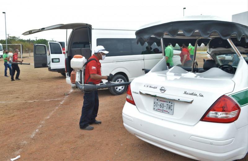 Desinfectan unidades del transporte turístico