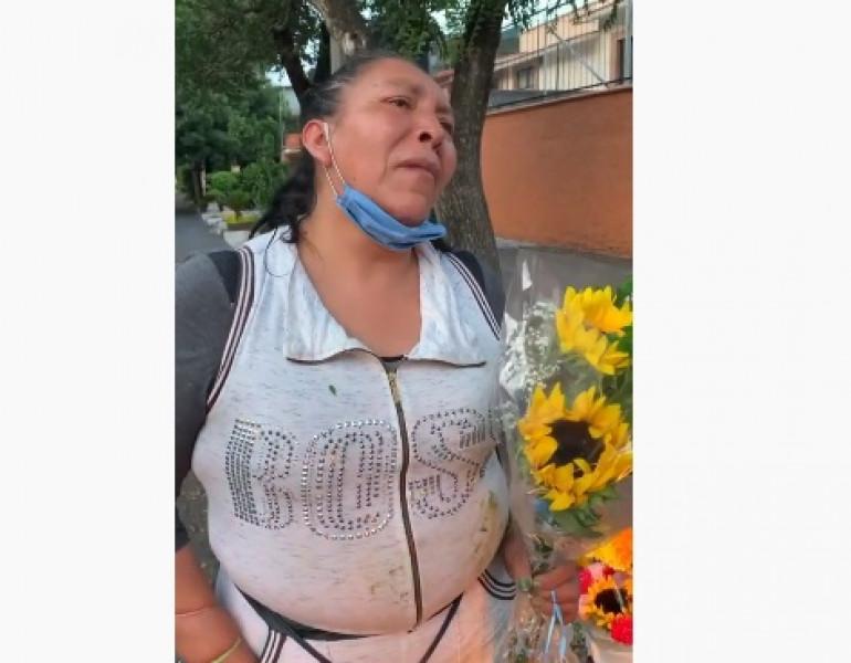 Video: mujer denuncia que policías hasta la han golpeado por vender flores sin permiso