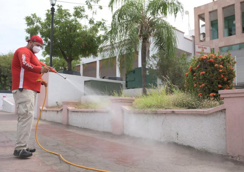 Sanitizan al exterior del Hospital Civil y parque de la Gabriel Leyva