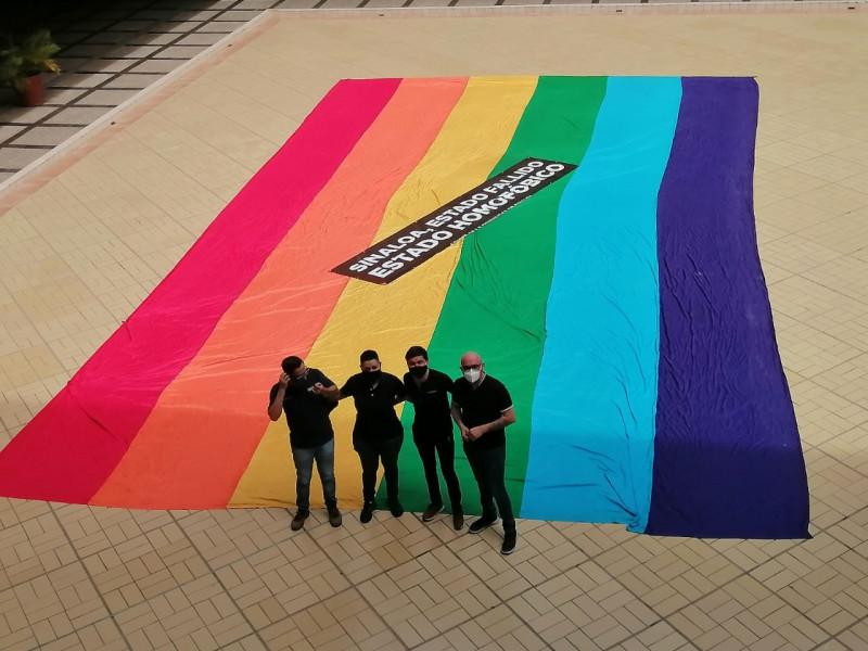 Activistas LGBTTTQI+ se manifiestan en palacio de gobierno