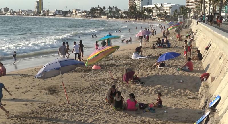 El primer día de reapertura, mazatlecos abarrotan las playas