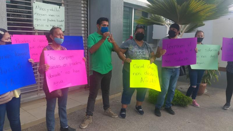 Vecinos de la sección VI de Pradera Dorada, se manifiestan por falta de agua