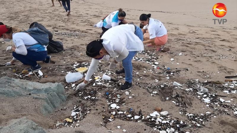 Invaden los plásticos y micro plásticos la playa de Olas Altas