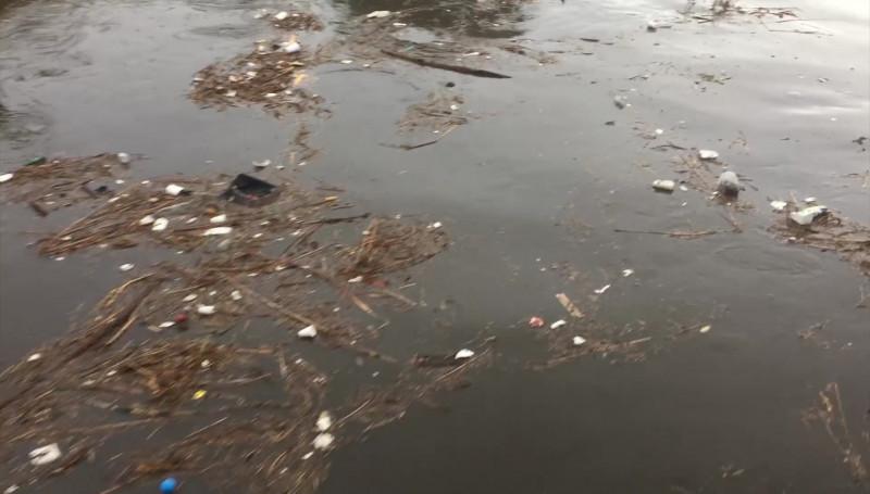 Con la lluvia, sale a flote la basura en el Arroyo Jabalines