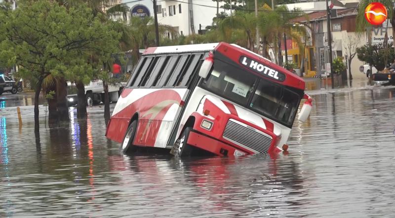 Unidad de Transporte de personal cae a canal pluvial por inundación