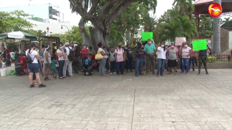 Llevan precaristas protesta hasta las afueras del Ayuntamiento