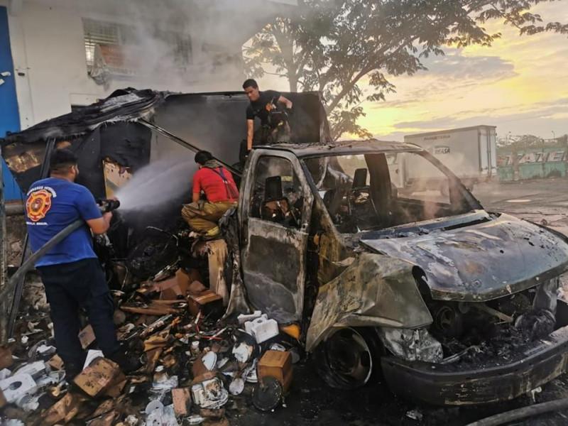 Se incendia camioneta de paquetería