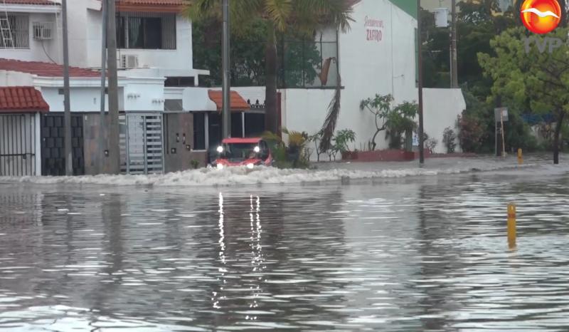 Pese a inundación, ciudadanos omiten medidas y cruzan por inundaciones