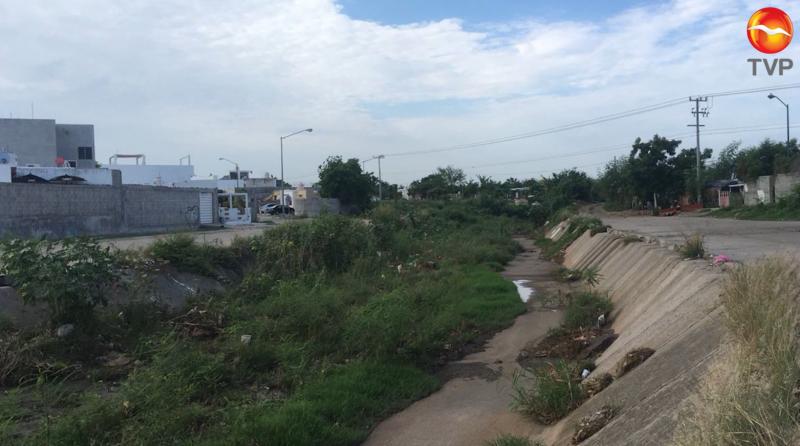 Vecinos de fraccionamiento piden desazolve de canal pluvial