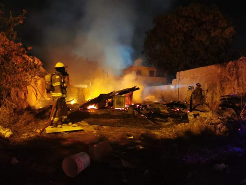 Fuerte incendio consume casa de madera en la Ferrocarrilera