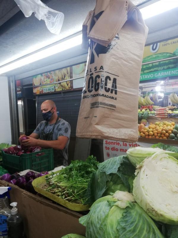 Locatarios del Mercado Garmendia cuentan con bolsas ecológicas para cumplir con la ley