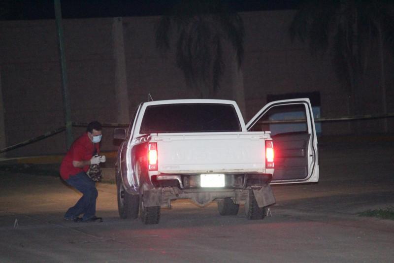 Encuentran a una persona al interior de un vehículo al norte de Culiacán