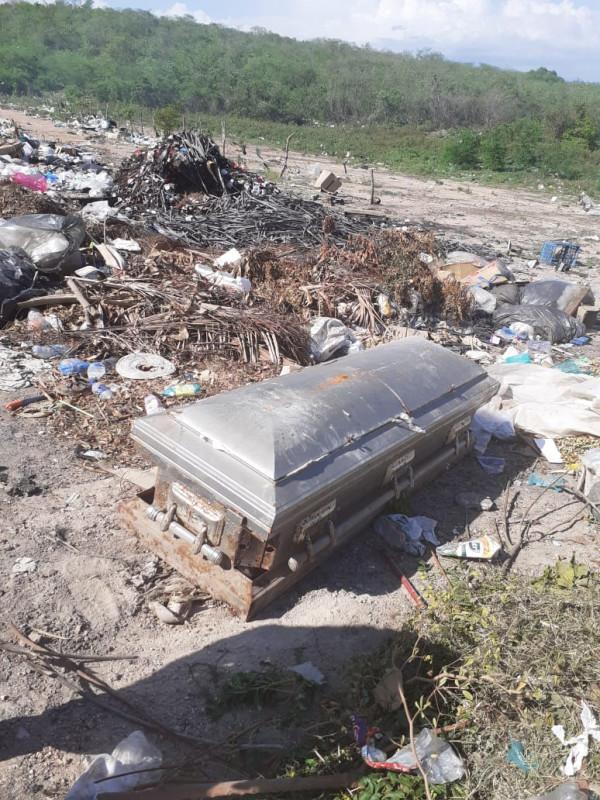 Localizan ataúd en basurón de Rosario