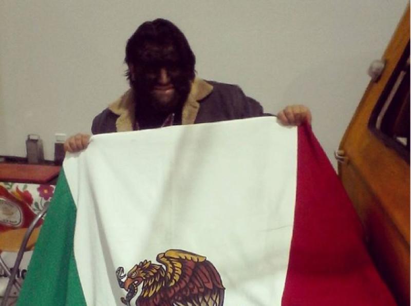 Hombre lobo mexicano se ve obligado a hacer malabares en los cruceros
