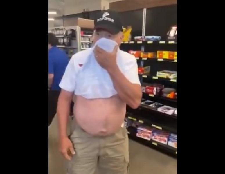 Video: lo expulsan de supermercado por querer utilizar su camisa como cubrebocas