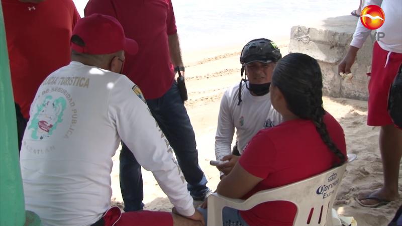 Elementos de auxilio y emergencias atienden a turista en playa