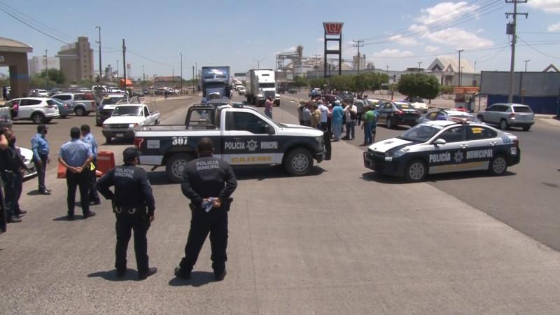 Se topan transportistas con bloqueo de transito municipal.