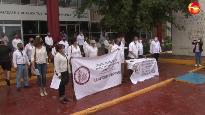 Se manifiestan abogados, exigen reapertura de juzgados