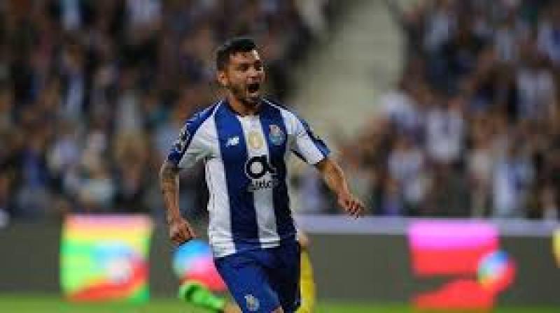 'Tecatito' Corona, nombrado como mejor jugador de la Primeira Liga