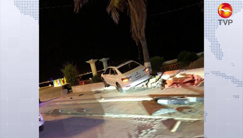 Automóvil se impactó contra barda de extinta discoteca