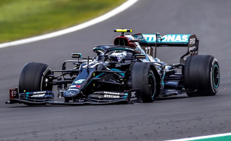 Lewis Hamilton pinchado ganó el GP de Silverstone