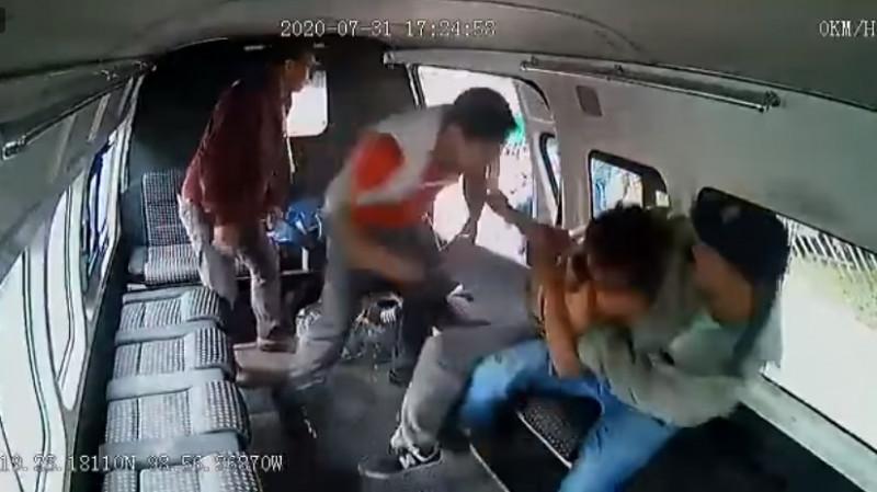 Video: capturan a asaltante y entre cinco le meten una golpiza