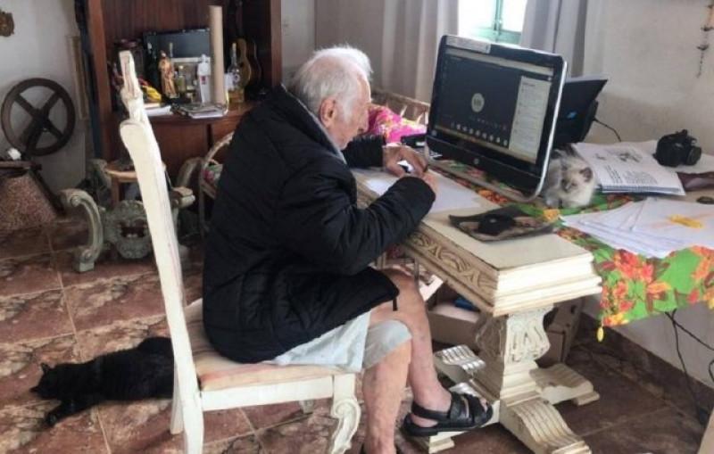 A sus 92 años, abuelito está a la mitad del camino de volverse arquitecto