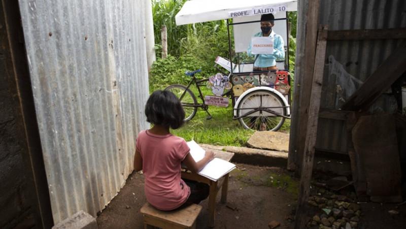 Profe Lalito da clases en triciclo a sus alumnos de escasos recursos