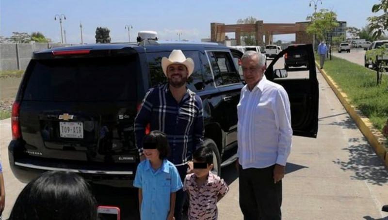 """AMLO se baja de su camioneta para sacarse foto con """"El Komander"""" durante visita a Culiacán"""