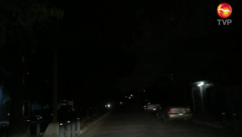 A oscuras la Avenida Carnaval, en el Fraccionamiento Playa Sur