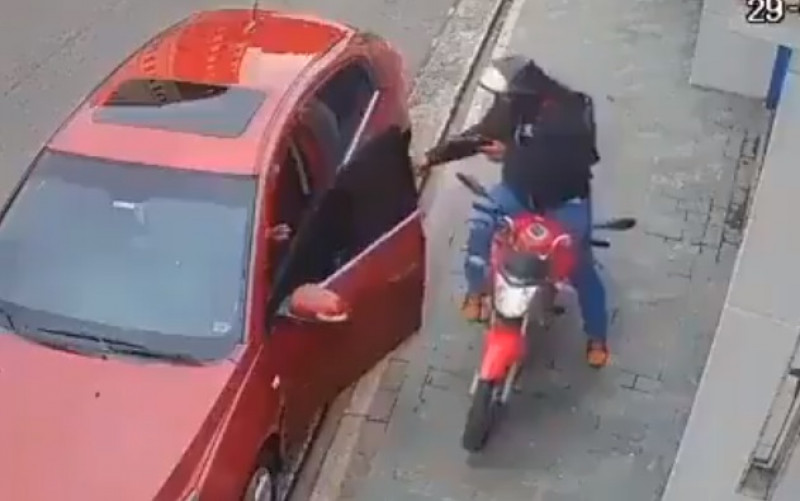 A pesar de que le entregan las cosas, asaltante le dispara a automovilista