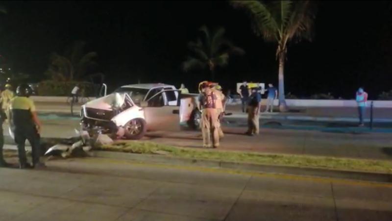 Conductor choca contra luminaria en Avenida del Mar