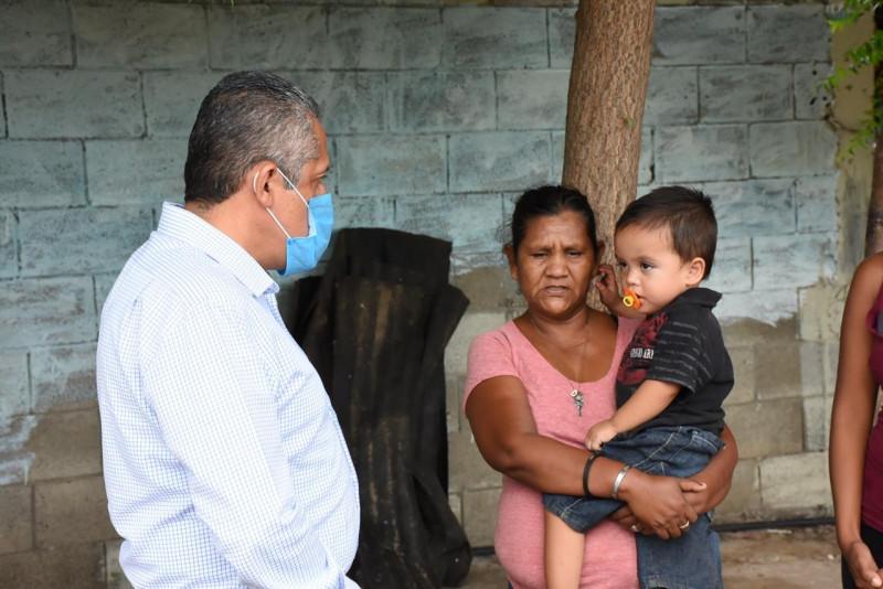 Damián recibe apoyo de alcalde de Rosario para estudios médico