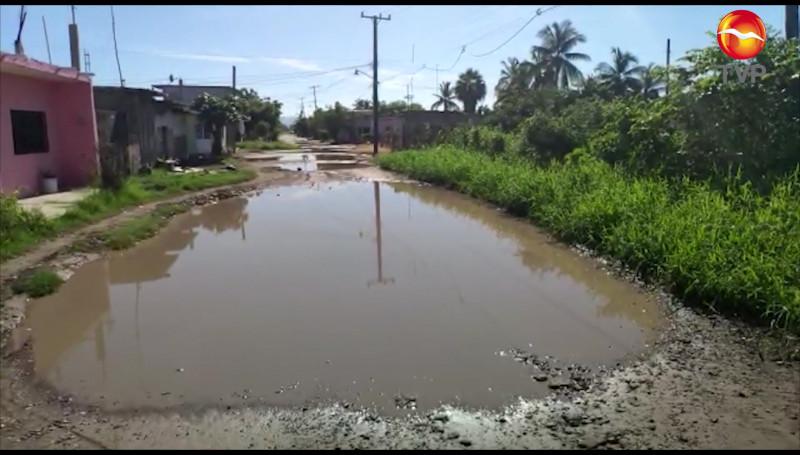 Lluvias deja calles intransitables en Teacapán