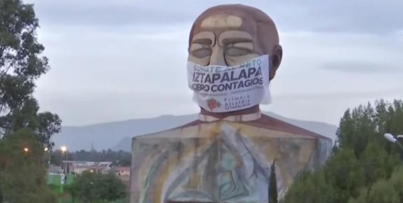 Ponen cubrebocas a la cabeza gigante de Benito Juárez