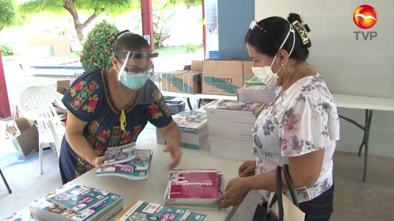 Bajo protocolos preventivos entregan libros en secundaria