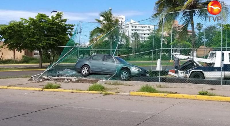 Por accidente, vehiculo culmina dentro de campo de práctica de béisbol