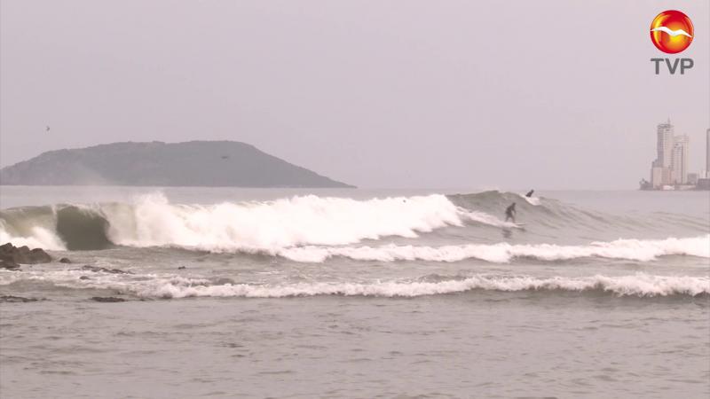 Surfistas aprovechan alto oleaje en las playas de Mazatlán