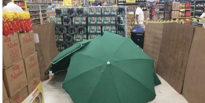 Hombre muere en supermercado y lo cubren con paraguas y cajas para poder seguir vendiendo