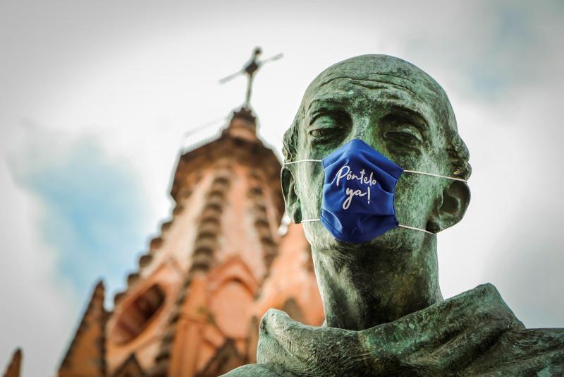 Estatuas de San Miguel de Allende portan cubrebocas