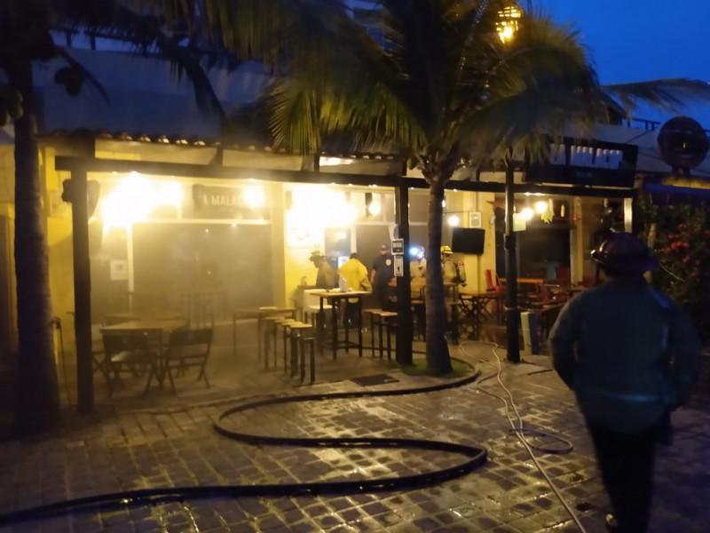 Bar en La Marina Mazatlán se prende en llamas